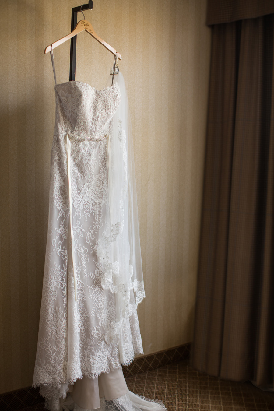 Fancy Pastors Gowns Crest - Wedding and flowers ispiration - sessa.us